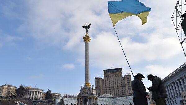 Ukrajinská vlajka na náměstí Nezávislosti v Kyjevě - Sputnik Česká republika