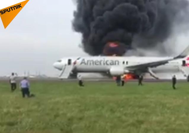 Na letišti Chicaga se vznítilo letadlo