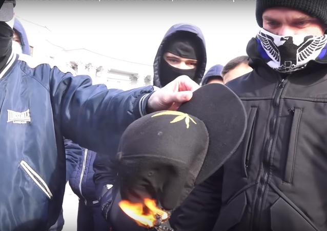 Rvačka během kyjevského pochodu za legalizaci marihuany se dostala na video