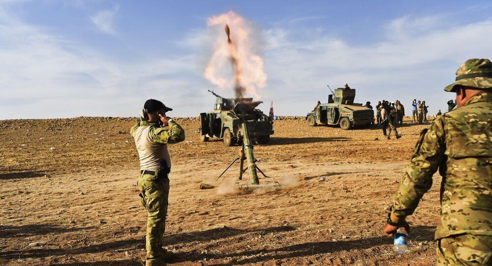 Irácké síly pálí na pozice IS jižně od Mosulu, říjen 2016.