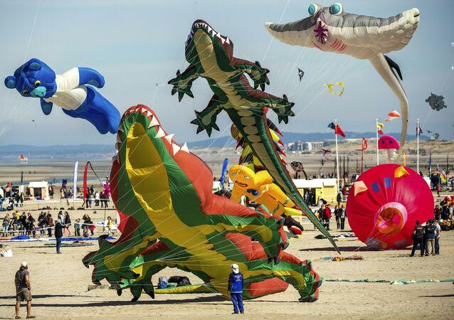 Draci během mezinárodního Kite festivalu v severní Francii, duben 2016.