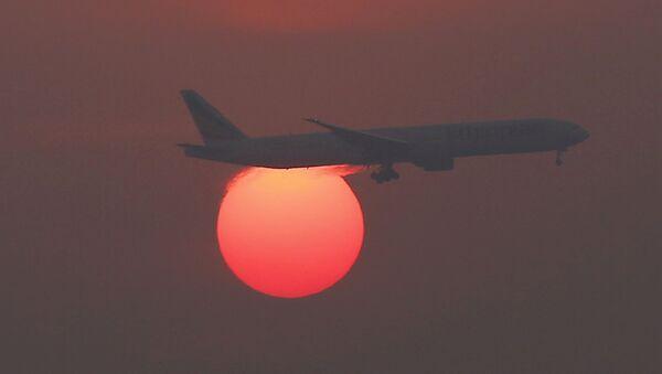 Letadlo na pozadí západu slunce na letišti v Pekingu - Sputnik Česká republika