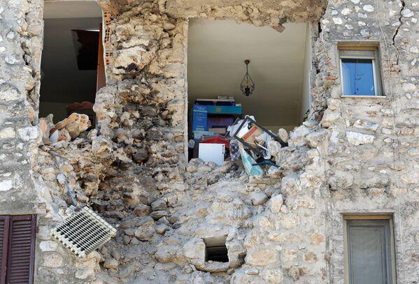 Zemětřesením zbořený dům v italském městě Norcia. - Sputnik Česká republika