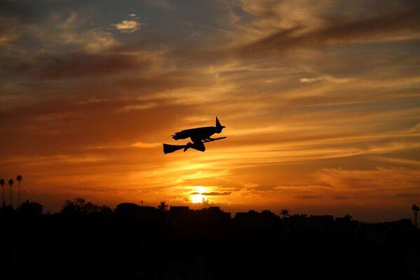 Dálkově řízený letoun v podobě čarodějnice při západu slunce v Kalifornii. - Sputnik Česká republika