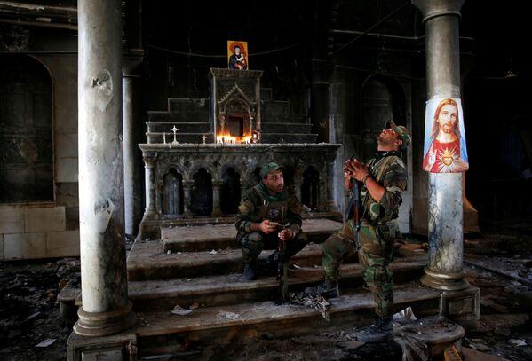Iráčtí vojáci-křesťané u první nedělní mše v chrámu v okolí iráckého Mosulu. - Sputnik Česká republika