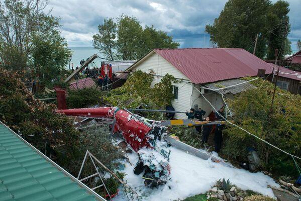 Úlomky vrtulníku, který spadl na střechu soukromého obytného domu v Adlerské čtvrti Soči. - Sputnik Česká republika