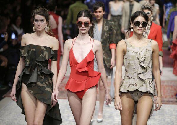 Modelky na přehlídce značky Ana Locking of Spain v Limě, Peru. - Sputnik Česká republika