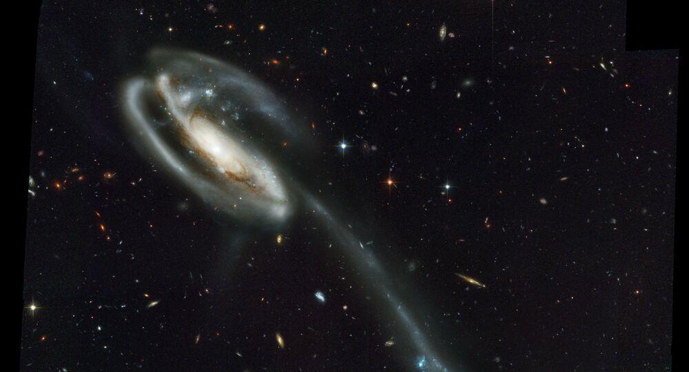 UGC 10214 – spirální galaxie nacházející se ve vzdálenosti okolo 400 milionů světelných let od Země