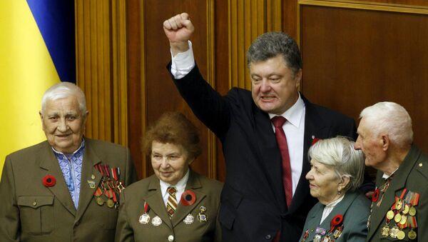 Ukrajinský prezident Petro Porošenko a veterány ukrajinské povstalecké armády - Sputnik Česká republika