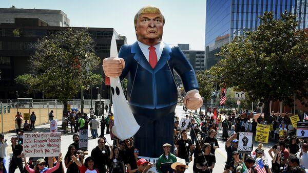 Protest proti novému prezidentovi USA Donaldu Trumpovi v Los Angeles, Kalifornie, 2016. - Sputnik Česká republika