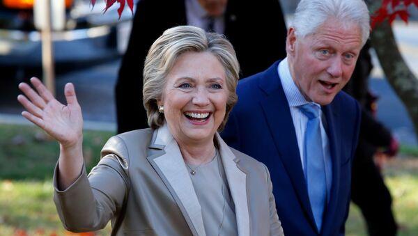 Bill a Hillary Clintonové - Sputnik Česká republika