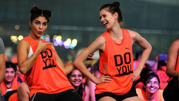 Bollywoodské herečky Jacqueline Fernandes a Kalki Koečlin se účastní flash mobu v Bombaji, Indie - Sputnik Česká republika