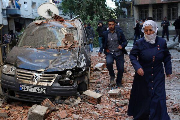 4. listopadu došlo v centrální čtvrti tureckého Diyarbakiru před budovou policejní správy k teroristickému útoku s použitím zaminovaného auta. Podle posledních zpráv zahynulo 11 a utrpělo zranění víc než sto lidí - Sputnik Česká republika