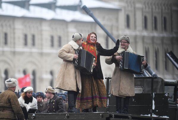 Účastníci slavnostního pochodu věnovaného 75. výročí vojenské přehlídky na Rudém náměstí roku 1941 - Sputnik Česká republika