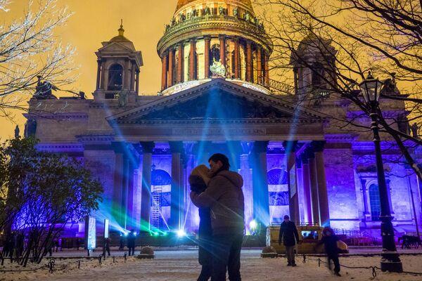 4-5. listopadu se konal v Petrohradě festival světla. Během show byly instalace předváděny s pomocí 3D-mapping technologií na fasádách Isaakijevské katedrály a Mariinského paláce - Sputnik Česká republika