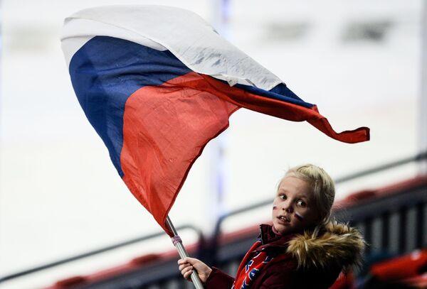 Děvčátko na utkání první etapy evropského hokejového turnaje 2016/17 Pohár Karjala mezi českou a ruskou reprezentací - Sputnik Česká republika