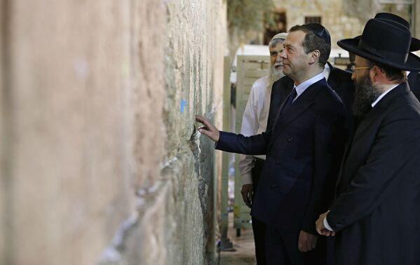 Předseda vlády RF Dmitrij Medveděv před Zdí nářků v Jeruzalému během státní návštěvy Izraele - Sputnik Česká republika