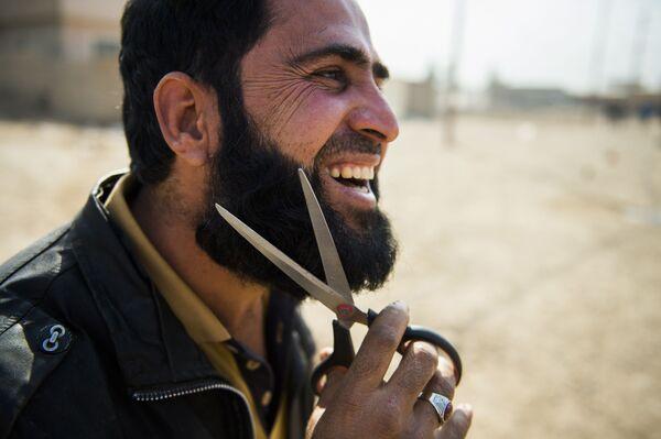 Irácký muž si odřezává bradu, Irák - Sputnik Česká republika