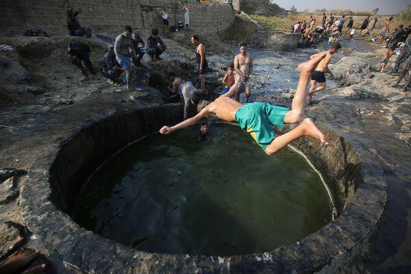 Iráčtí vojáci berou sirné koupele v Hamam al-Halili nedaleko Mosulu - Sputnik Česká republika
