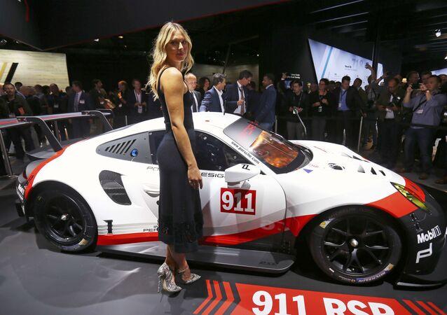 Maria Šarapovová na mezinárodním autosalonu v Los Angeles