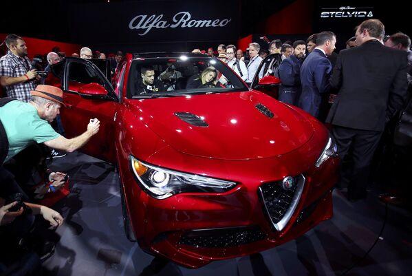 Alfa Romeo Stelvio SUV na mezinárodním autosalonu v Los Angeles - Sputnik Česká republika