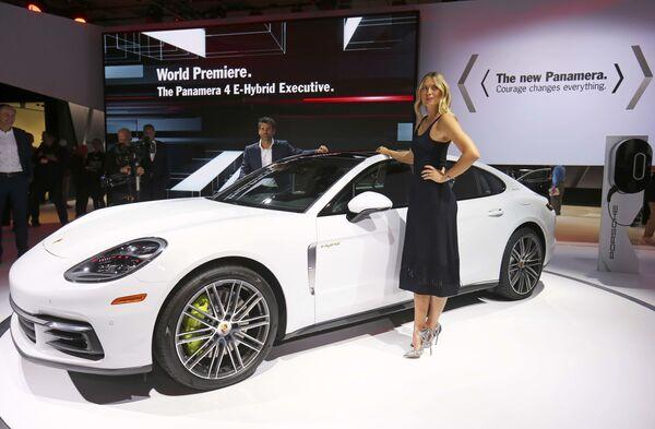 Tenistka Maria Šarapovová pózuje na pozadí Porsche Panamera na mezinárodním autosalonu v Los Angeles - Sputnik Česká republika