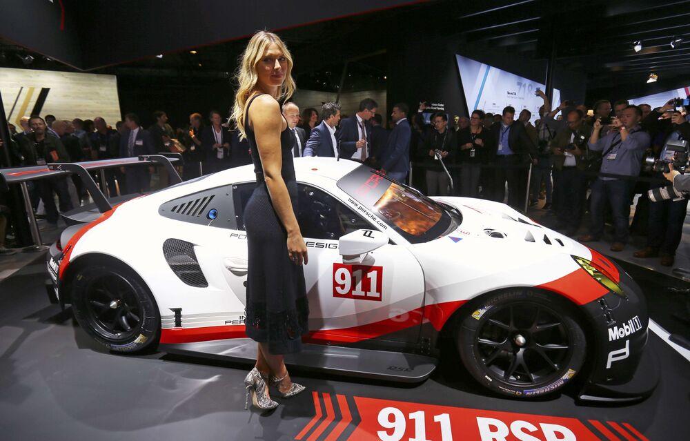 Tenistka Maria Šarapovová pózuje na pozadí Porsche 911 RSR na mezinárodním autosalonu v Los Angeles