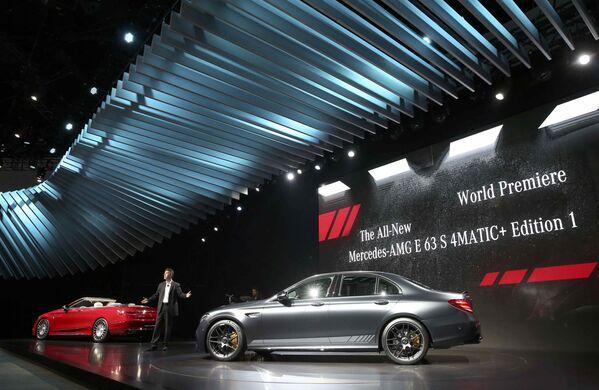 Generální ředitel Mercedes-Benz pro USA Dietmar Exler během prezentace vozu Mercedes-AMG E 63 S 4MATIC+ Edition 1 na mezinárodním autosalonu v Los Angeles - Sputnik Česká republika