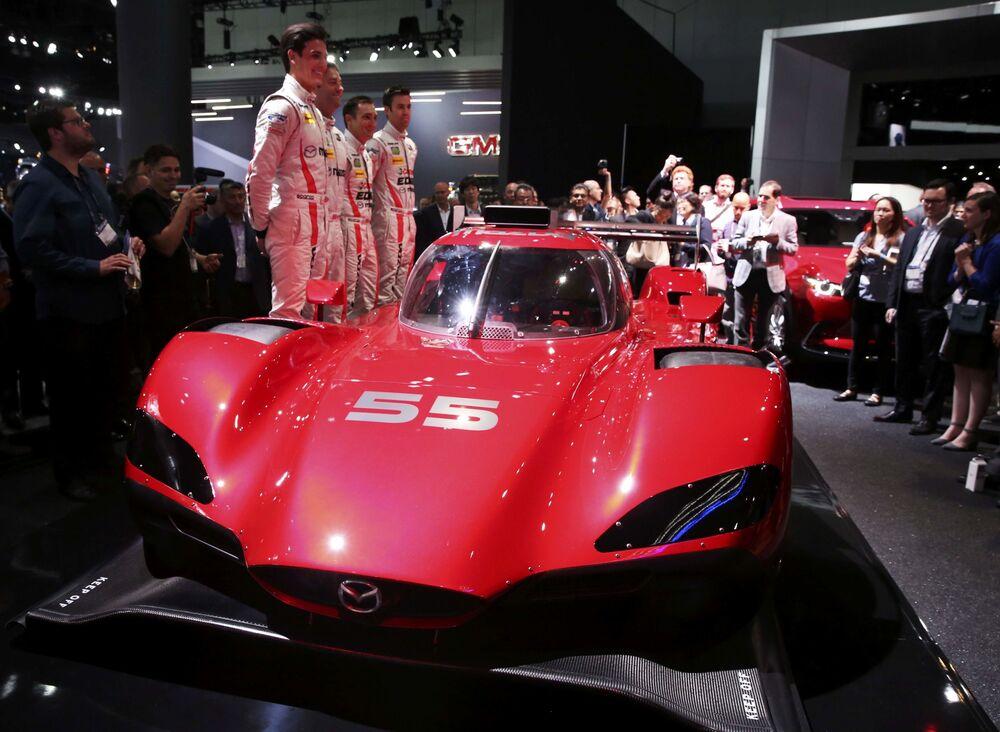 Prototyp vozu Mazda's RT24-P na mezinárodním autosalonu v Los Angeles