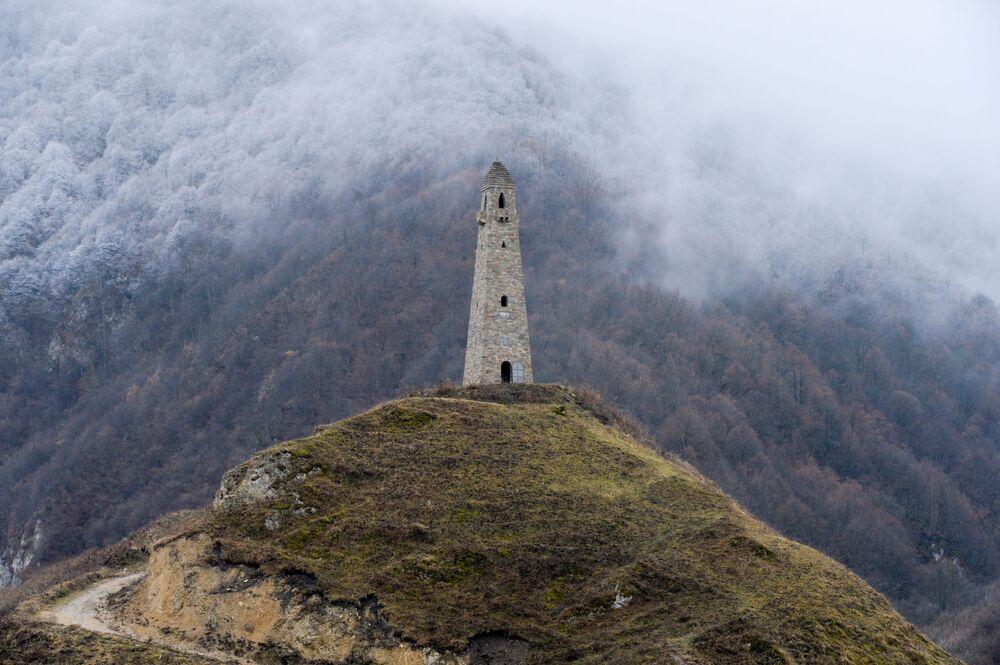 Bojová věž na okraji obce Charačoj ve Věděnské oblasti Čečenské republiky