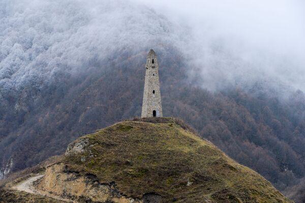 Bojová věž na okraji obce Charačoj ve Věděnské oblasti Čečenské republiky - Sputnik Česká republika