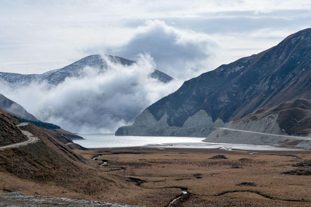 Vysokohorské jezero Kězěnoj-Am ve Věděnské oblasti Čečenské republiky