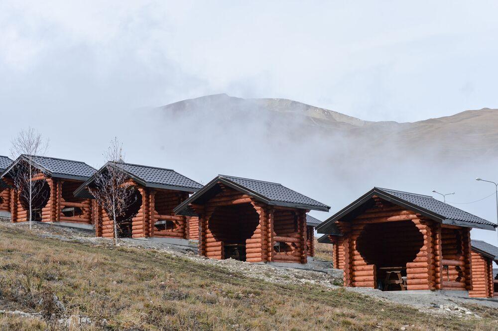 Turistické centrum u vysokohorského jezera Kězěnoj-Am
