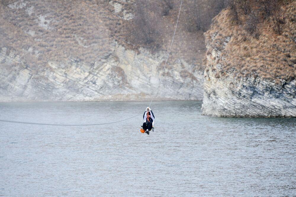 Lidé jezdí na lanové dráze v turistickém středisku