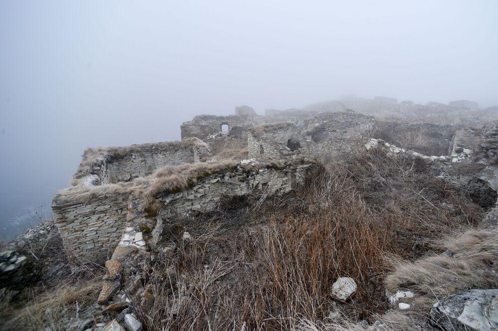 Ruiny staré obce Choj u vysokohorského jezera Kězěnoj-Am