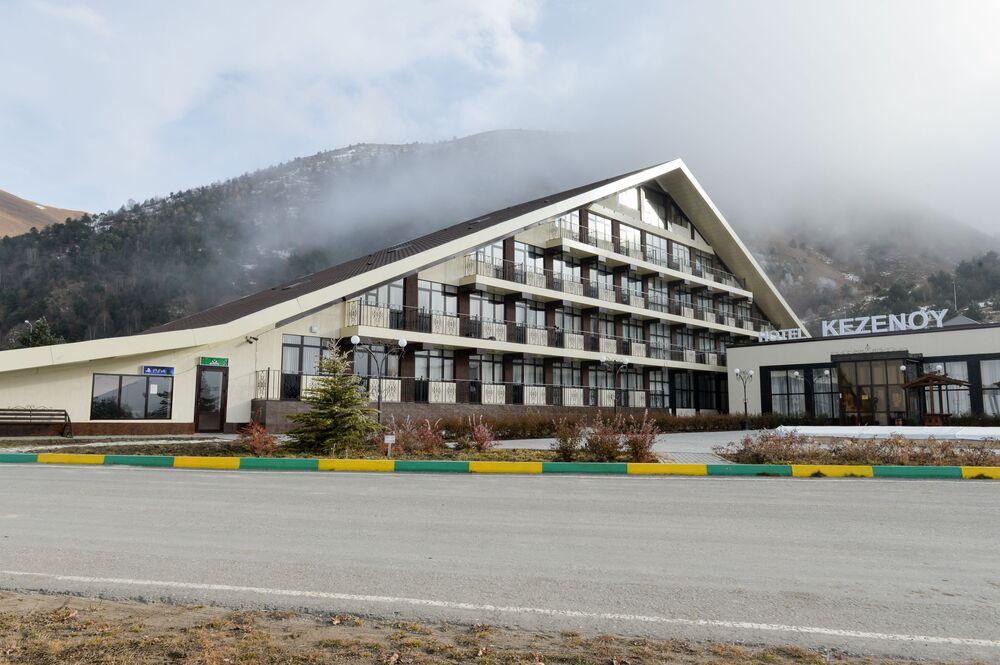 Hotel Pyramida v turistickém centru u vysokohorského jezera Kězěnoj-Am