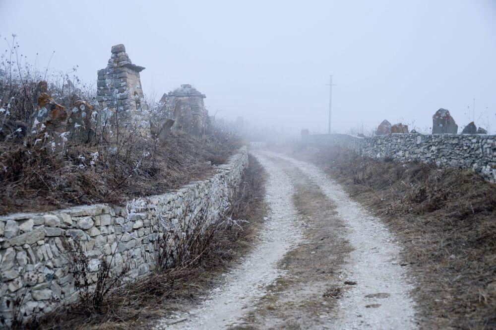 Hřbitov u staré obce Choj u vysokohorského jezera Kězěnoj-Am