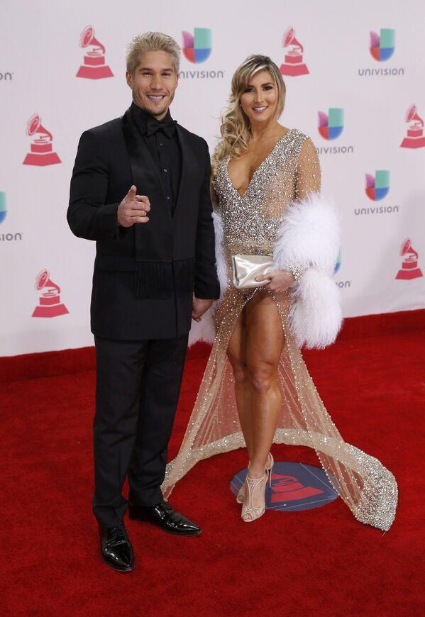Zpěváci Jesus Alberto Miranda Perez a Natasha Araos na každoročné ceremonii ceny  Latin Grammy Awards v Las Vegas - Sputnik Česká republika