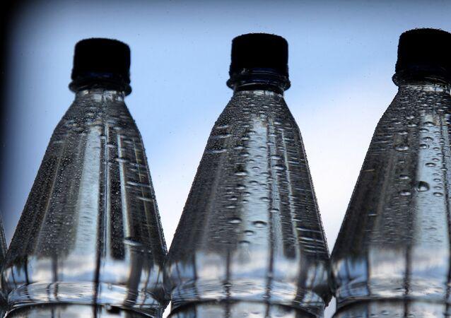 Láhve s minerální vodou
