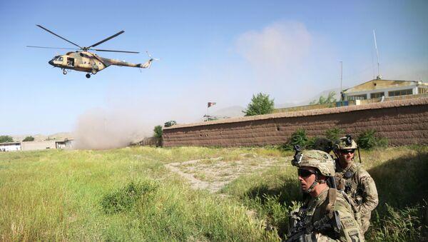 Američtí vojáci a vrtulník Mi-17 v Afghánistánu - Sputnik Česká republika