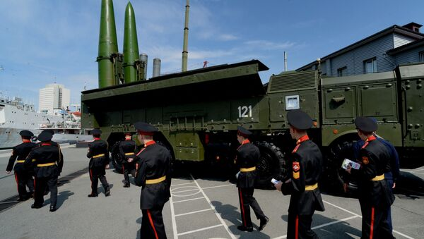 Operativně-taktický raketový komplex Iskander-M je silniční, mobilní raketový systém s dostřelem od 50 do 500 kilometrů - Sputnik Česká republika