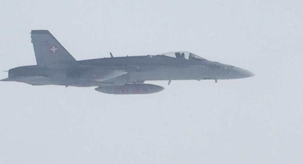Švýcarské vojenské stíhačky doprovázejí letadlo s ruskou delegací letící v jeho vzdušném prostoru