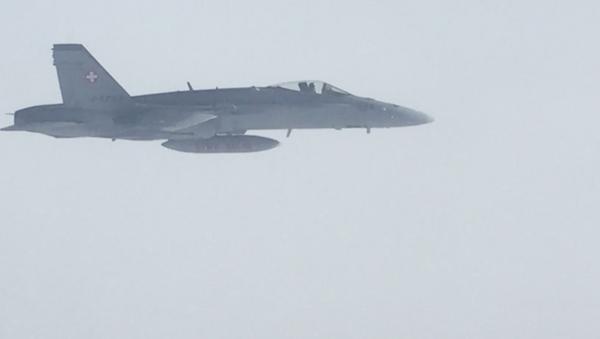 Švýcarské vojenské stíhačky doprovázejí letadlo s ruskou delegací letící v jeho vzdušném prostoru - Sputnik Česká republika