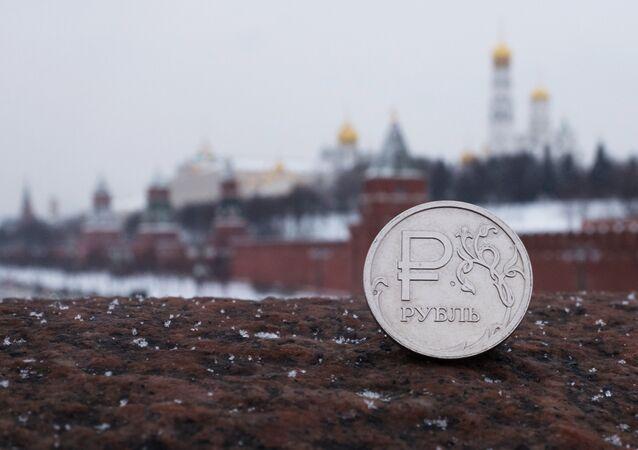 Ruský rubl na pozdí Kremlu