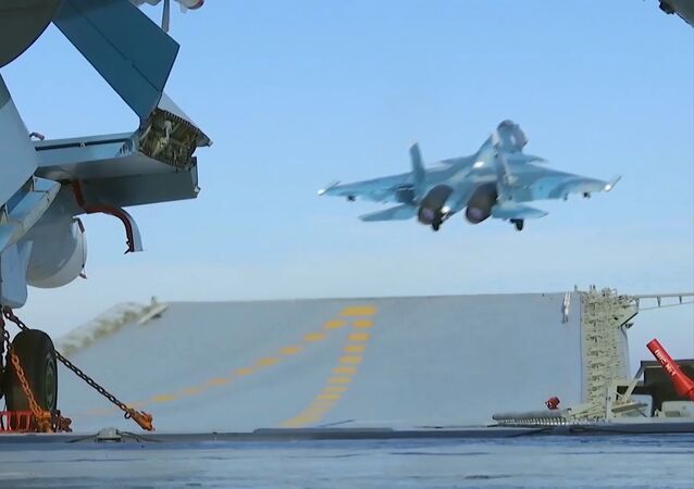 Stíhačky Su-33 na palubě letadlové lodě Admirál Kuzněcov