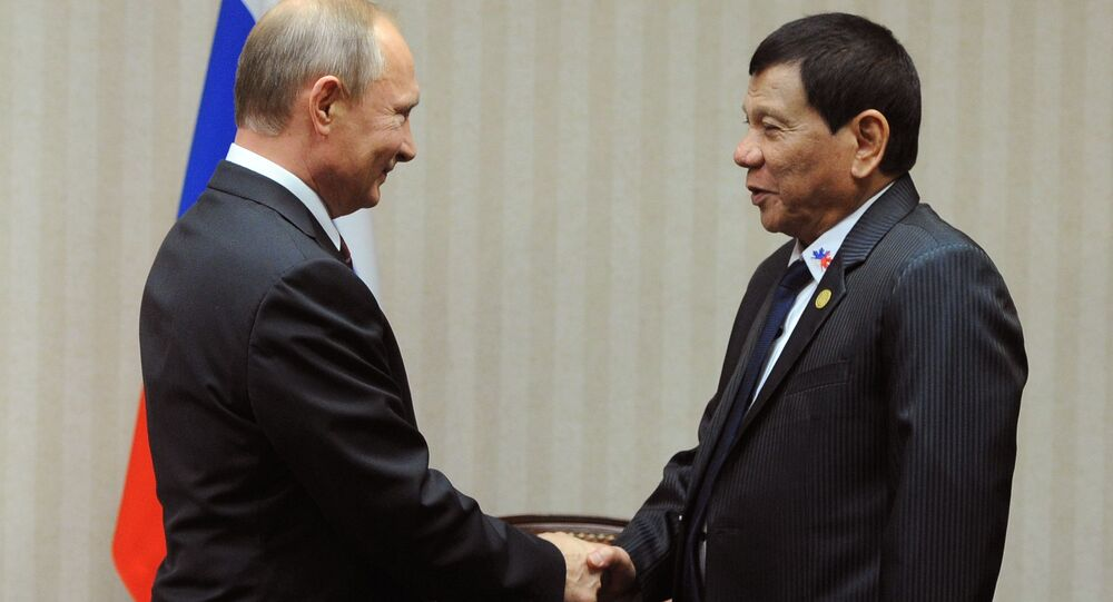 Prezident RF Vladimir Putin a prezident Filipín Rodrigo Duterte na summitu APEC v Limě, Peru