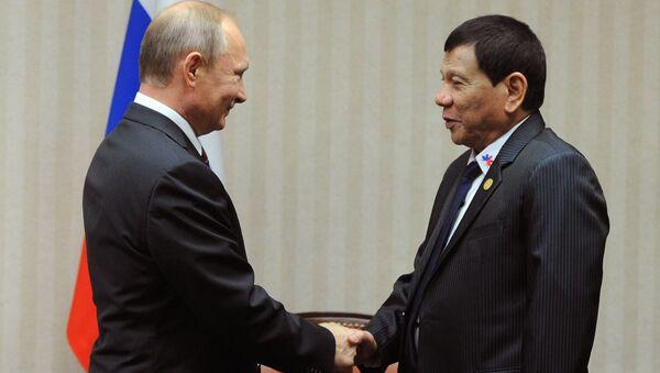 Prezident RF Vladimir Putin a prezident Filipín Rodrigo Duterte na summitu APEC v Limě, Peru - Sputnik Česká republika