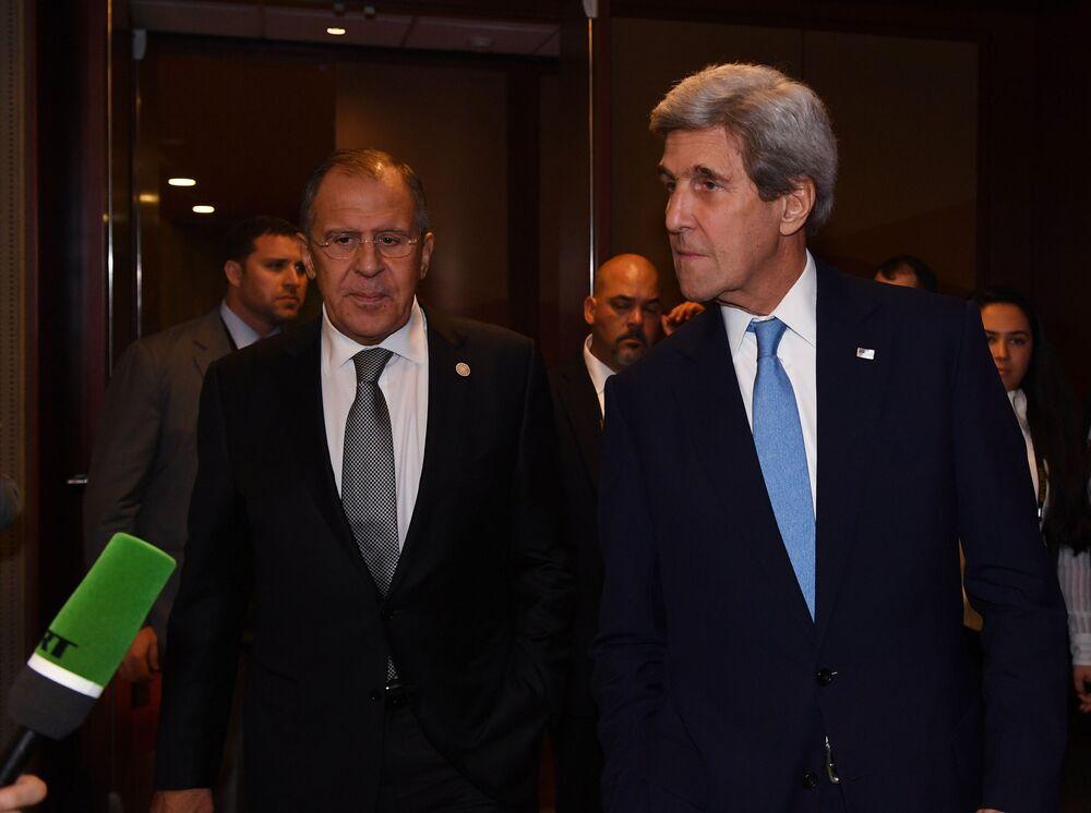 Ministr zahraničí USA John Kerry a ruský ministr zahraničí Sergej Lavrov na mezinárodním summitu APEC v Peru