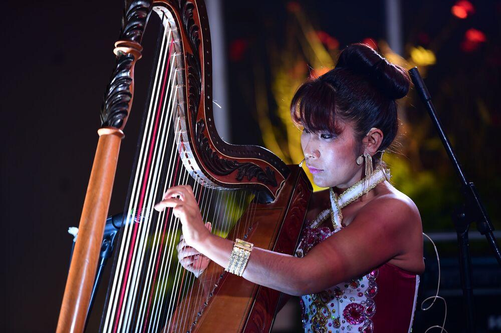 Peruánská harfenistka na mezinárodním summitu APEC v Peru