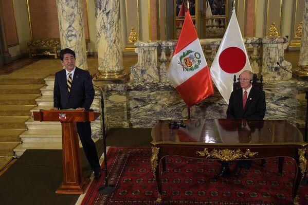Japonský premiér Šindzó Abe a peruánský prezident Pedro Pablo Kuczynski na mezinárodním summitu APEC v Peru - Sputnik Česká republika